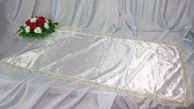 Фото 1 - Похоронное покрывало атлас белое с золотым кружевом ПР-016.
