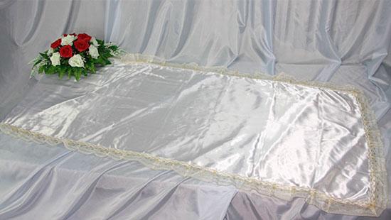 Похоронное покрывало атлас белое с золотым кружевом ПР-016