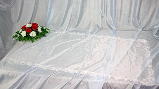 Похоронное покрывало шелк белое с белым рюшем ПР-002